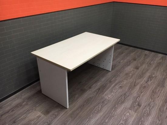 Стол офисный прямой столешница клён