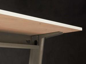 Стол прямой на металлическом каркасе