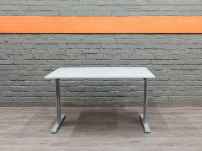 Стол компьютерный на металлическом  каркасе, серый