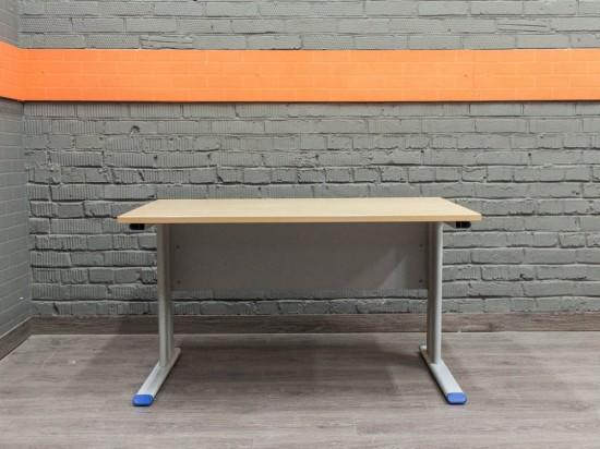 Офисный стол на металлическом каркасе, клен