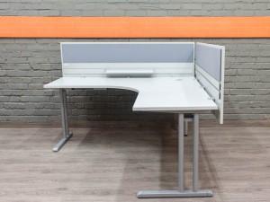 Компьютерный стол с экранами, серый
