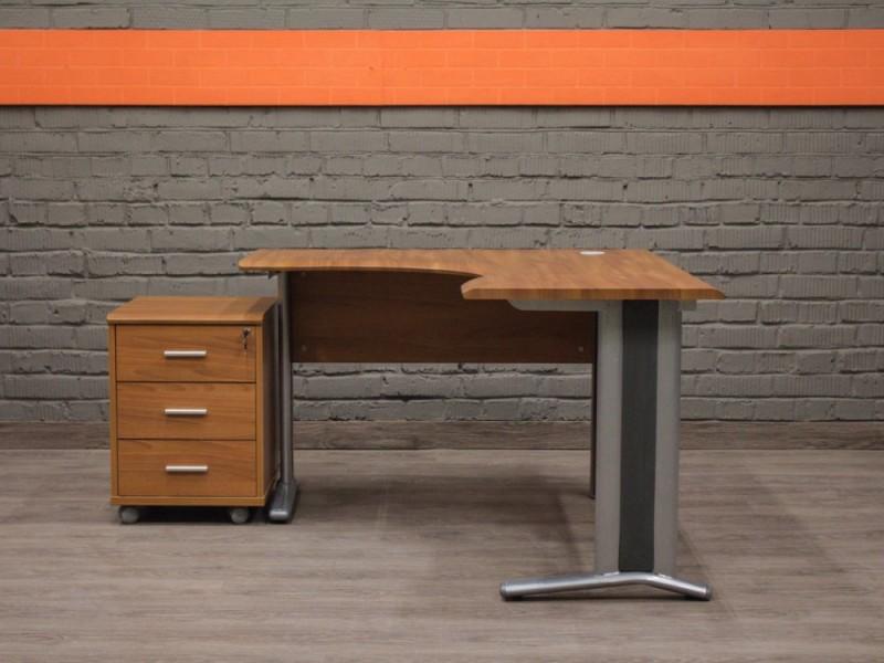 Угловой офисный стол с подкатной тумбой