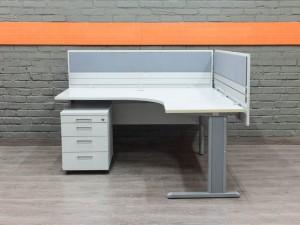 Офисный стол с экранами, серый