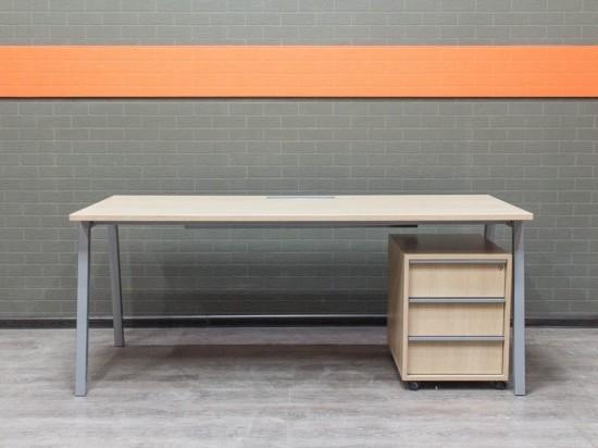 Стол компьютерный с тумбой Narbutas & Co,Офисная мебель бу.  дуб