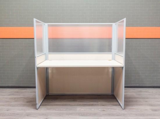 Рабочее место для сотрудника в open space. Офисная мебель бу.