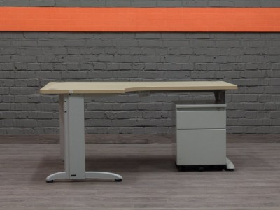 Компьютерный стол с тумбой Steelcase