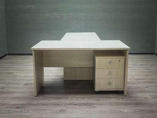Стол офисный руководителя с приставкой