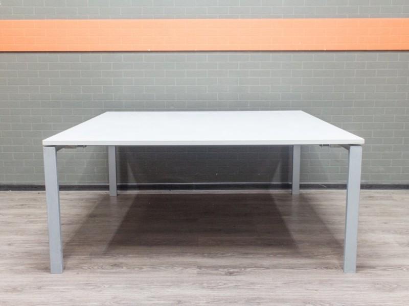 Квадратный стол для переговоров