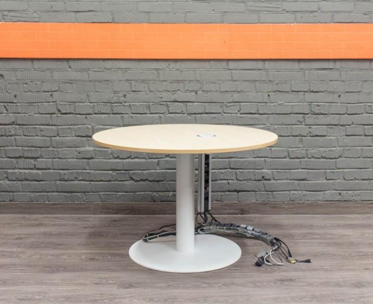 Круглый переговорный стол с розетками