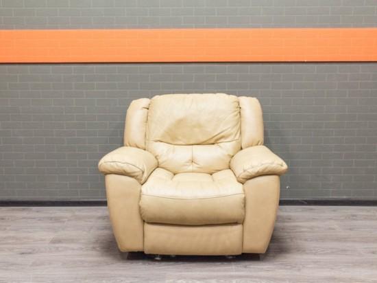 Офисная мебель бу. Кресло мягкое кожаное, бежевое