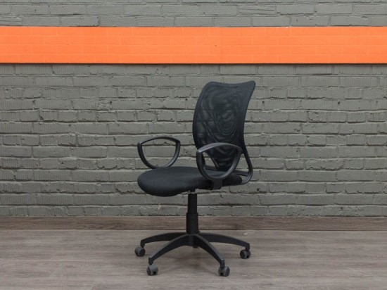 Черное компьютерное кресло