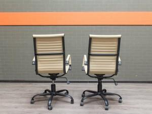 Компьютерное кресло светлое. Офисная мебель бу