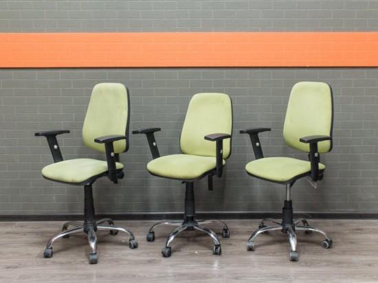 Офисная мебель бу. Кресло на колесах зеленое
