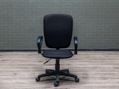Компьютерное кресло черное, с обивкой из ткани