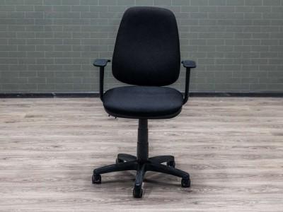 Компьютерное кресло черное