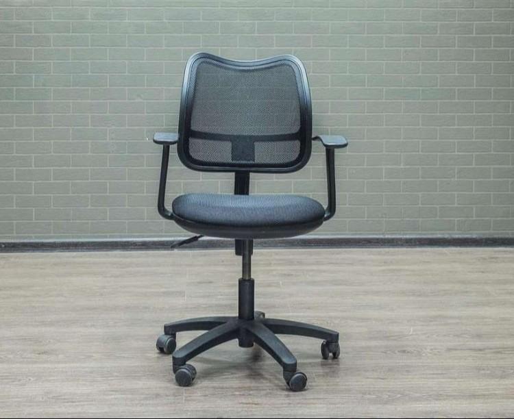 Кресло офисное с сетчатой спинкой