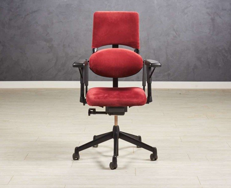 Кресло руководителя Steelcase, эргономичное, бордового цвета