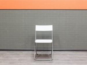 Офисная мебель бу. Стул складной белый, пластик и металл