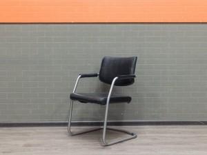 Стул офисный гостевой, на полозьях, черная экокожа