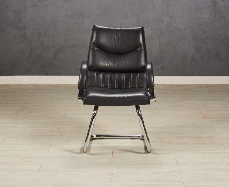 Кресло офисное для посетителей, цвет черный