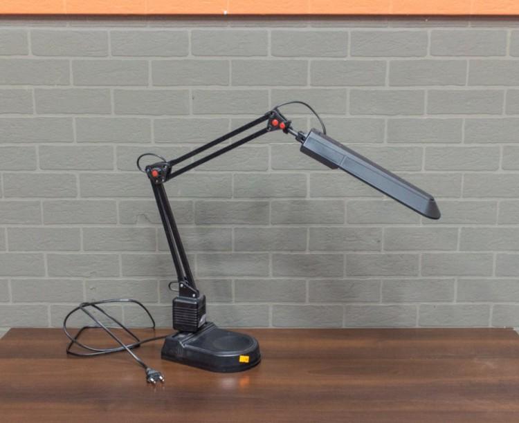 Настольный светильник чёрный, на подставке