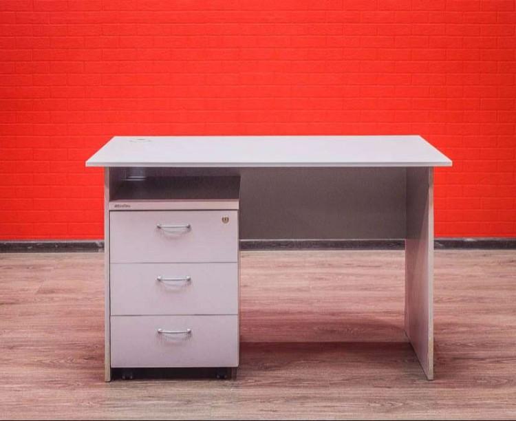 Офисный стол с тумбой, серый