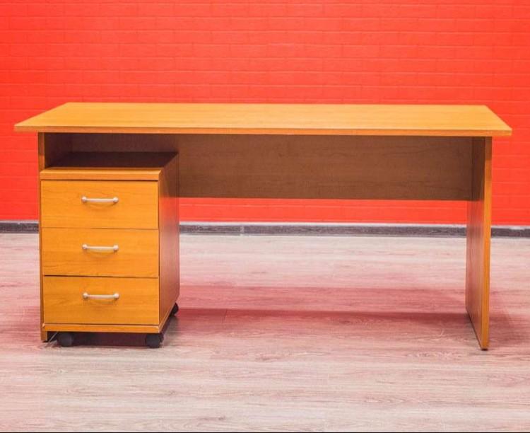 Стол офисный с подкатной тумбой