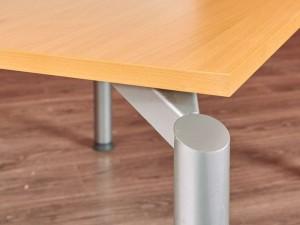 Стол прямой на металлических ножках