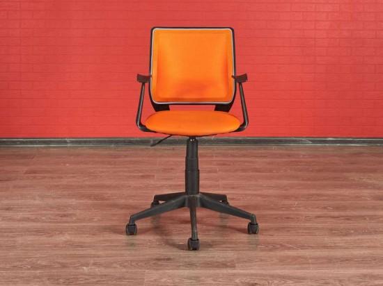 Кресло офисное оранжевое